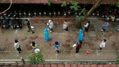 [Phóng sự ảnh] Cuối tuần, người Hà Nội về từ Đà Nẵng khẩn cấp đi xếp hàng chờ xét nghiệm