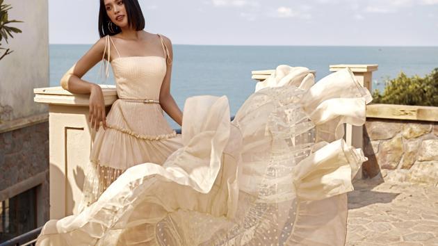 Gợi ý những trang phục chào hè với Hoa hậu Tiểu Vy