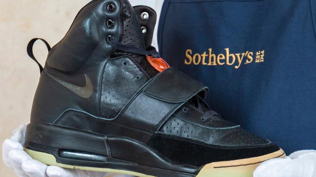 Những đôi sneakers cũ liên tiếp lập kỷ lục đấu giá