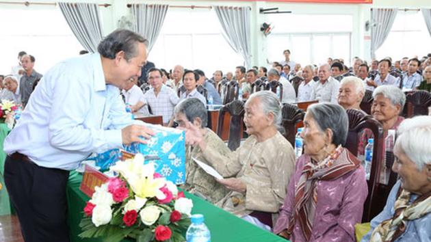 Mức hưởng trợ cấp ưu đãi hàng tháng với Bà mẹ Việt Nam anh hùng bằng 3 lần mức chuẩn