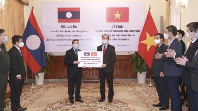 Việt Nam hỗ trợ khẩn cấp Lào hơn 2 triệu USD và vật tư y tế chống dịch