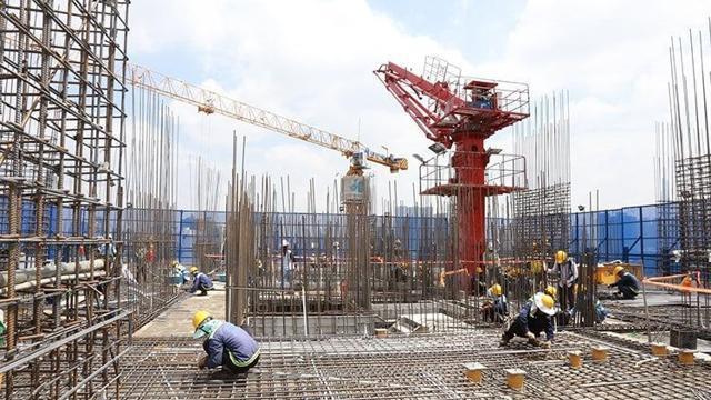 """Giá thép tăng """"sốc"""", nhiều dự án bất động sản ngưng thi công"""