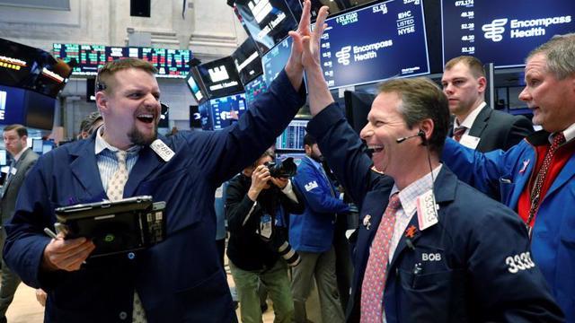 Chứng khoán Mỹ lập kỷ lục mới, giá dầu tăng phiên thứ tư liên tiếp