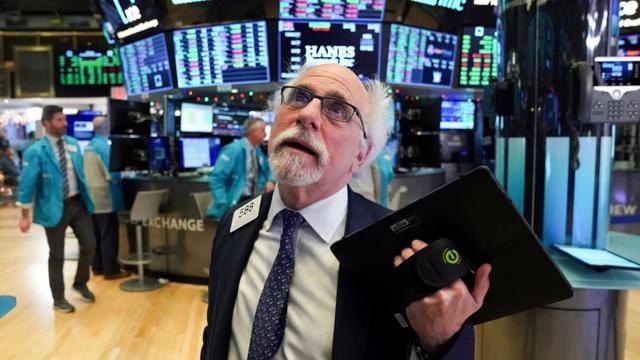 Nhà đầu tư đợi tin Fed, chứng khoán Mỹ tụt khỏi mức kỷ lục