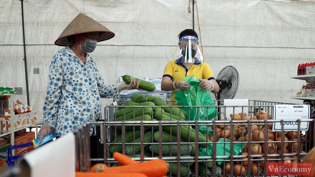 Người dân xếp hàng đi chợ tại siêu thị 0 đồng đầu tiên của Hà Nội