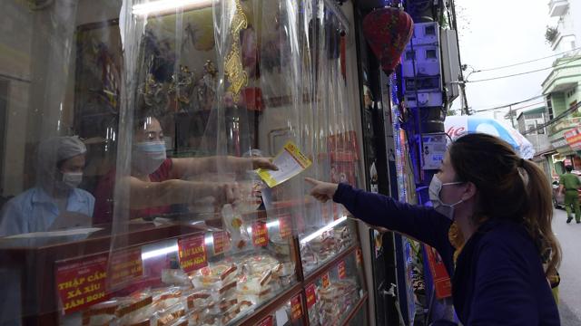 """Người dân Hà Nội xếp hàng giãn cách đợi mua bánh Trung thu tại """"vùng xanh"""""""