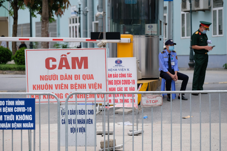 Hàng rào cách ly đã được dựng lên ở cả hai cổng chính trên đường Phùng Hưng (Quốc lộ 70 cũ) và cổng sau ở đường Chu Văn An, khiến nhiều bệnh nhân và người nhà hoang mang, lo lắng vì không được vào khám điều trị như mọi ngày.