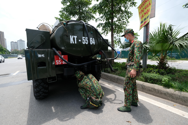 Khoảng 11h15 phút,4 xe chuyên dụng đã được huy động đến Bệnh viện K cơ sở Tân Triều để chuẩn bị tiến hành phun khử khuẩn.