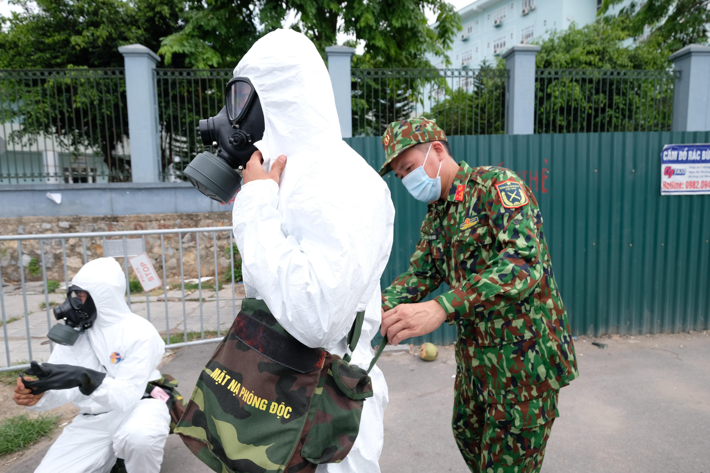 """[Phóng sự ảnh] Khẩn cấp phun khử khuẩn tại """"ổ bệnh"""" Bệnh viện K Tân Triều - Ảnh 3"""