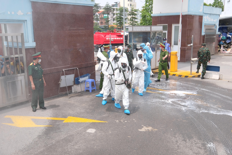 """[Phóng sự ảnh] Khẩn cấp phun khử khuẩn tại """"ổ bệnh"""" Bệnh viện K Tân Triều - Ảnh 4"""