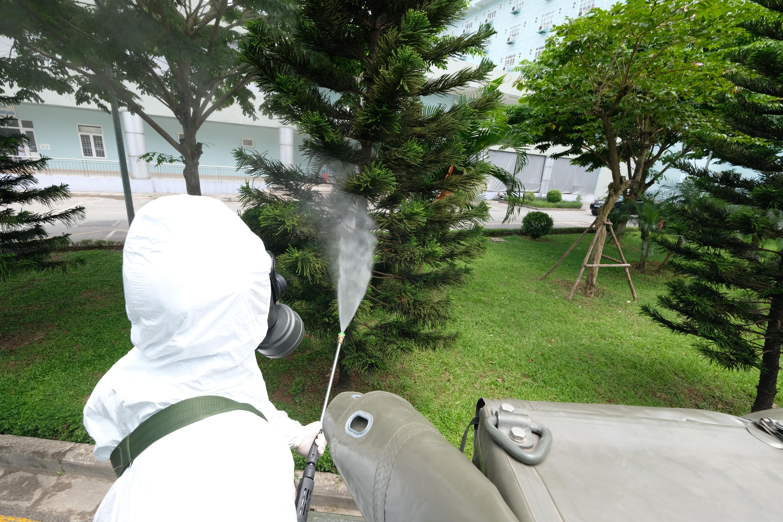 Đúng 13h chiều, Binh chủng Hóa học đã tiến hành phun khử khuẩnBệnh viện Ksau khi nơi này ghi nhận 10 ca dương tính với SARS-CoV-2.