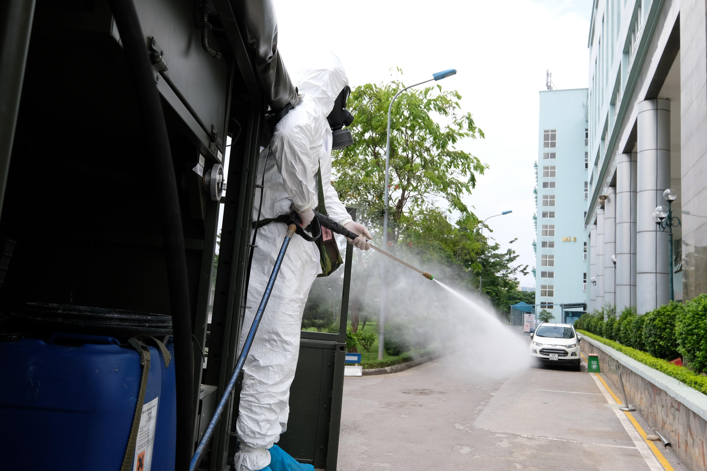 """[Phóng sự ảnh] Khẩn cấp phun khử khuẩn tại """"ổ bệnh"""" Bệnh viện K Tân Triều - Ảnh 5"""