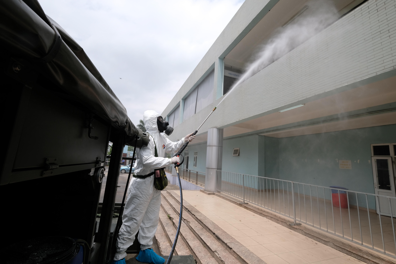 """[Phóng sự ảnh] Khẩn cấp phun khử khuẩn tại """"ổ bệnh"""" Bệnh viện K Tân Triều - Ảnh 6"""
