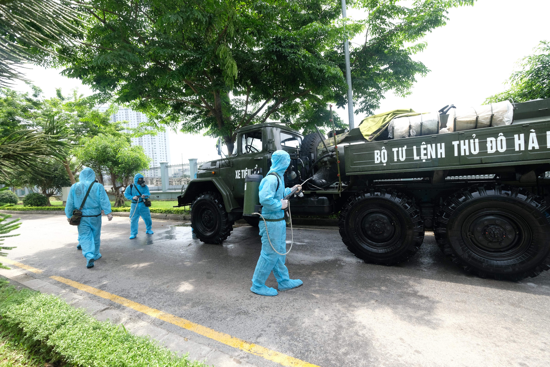 """[Phóng sự ảnh] Khẩn cấp phun khử khuẩn tại """"ổ bệnh"""" Bệnh viện K Tân Triều - Ảnh 9"""