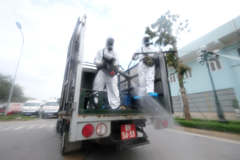 """[Phóng sự ảnh] Khẩn cấp phun khử khuẩn tại """"ổ bệnh"""" Bệnh viện K Tân Triều - Ảnh 7"""