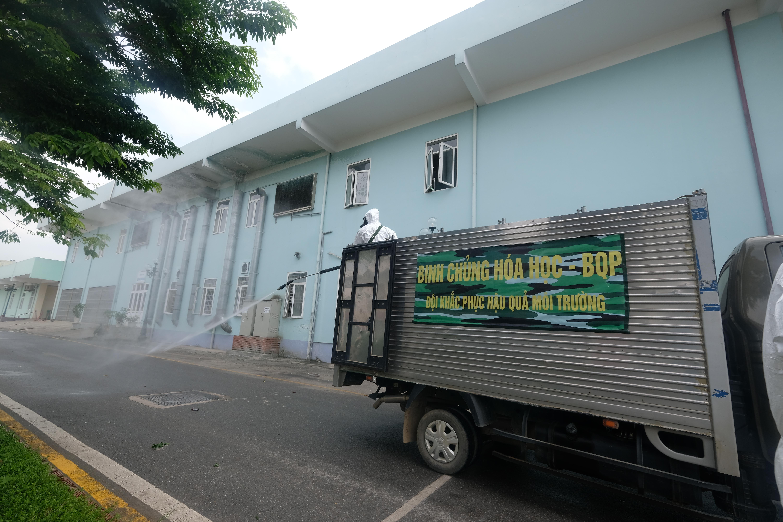 """[Phóng sự ảnh] Khẩn cấp phun khử khuẩn tại """"ổ bệnh"""" Bệnh viện K Tân Triều - Ảnh 8"""