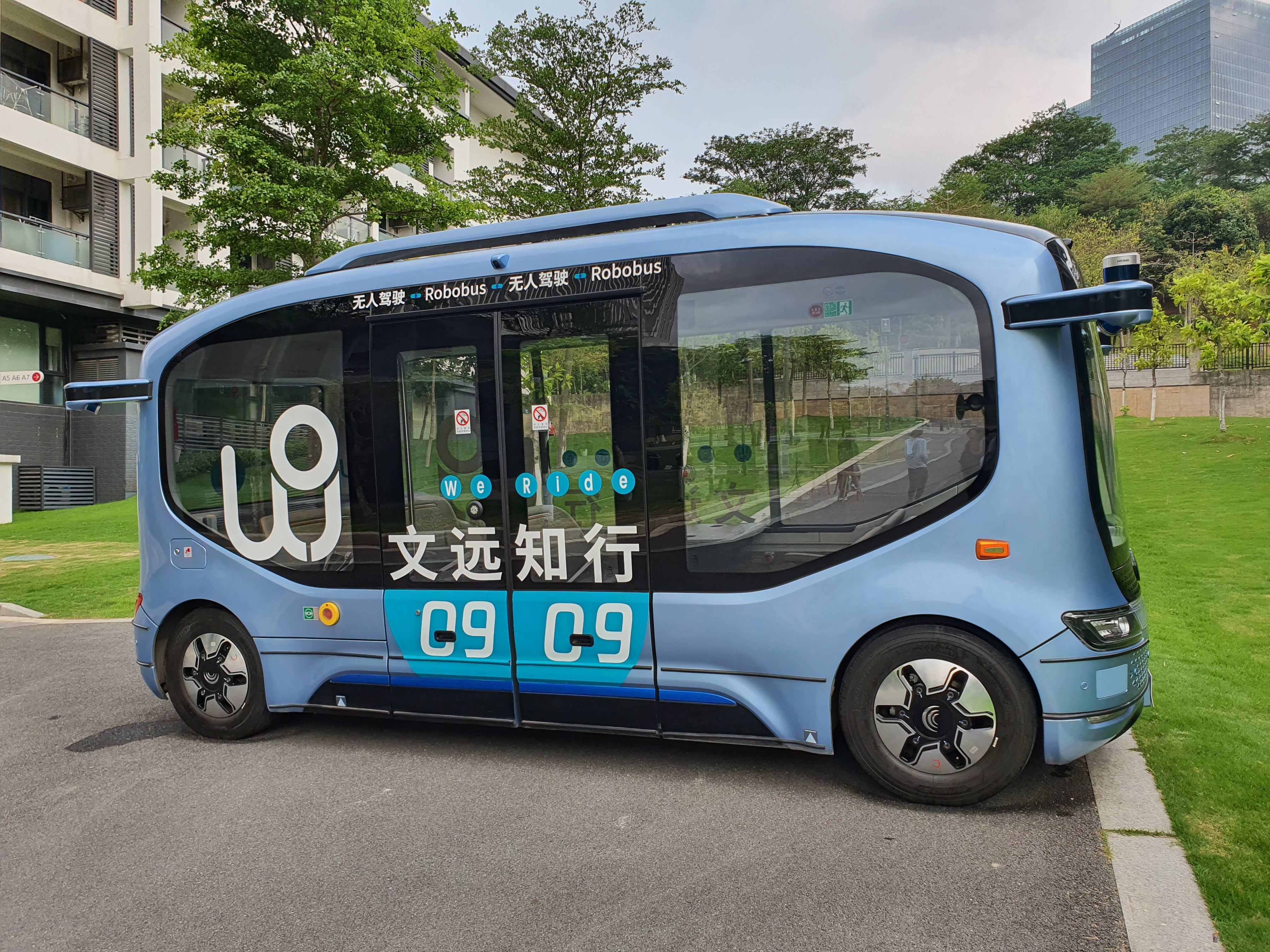 Xe buýt tự lái của WeRide được đặt tại trụ sở chính của công ty ở Quảng Châu, Trung Quốc - Ảnh: CNBC