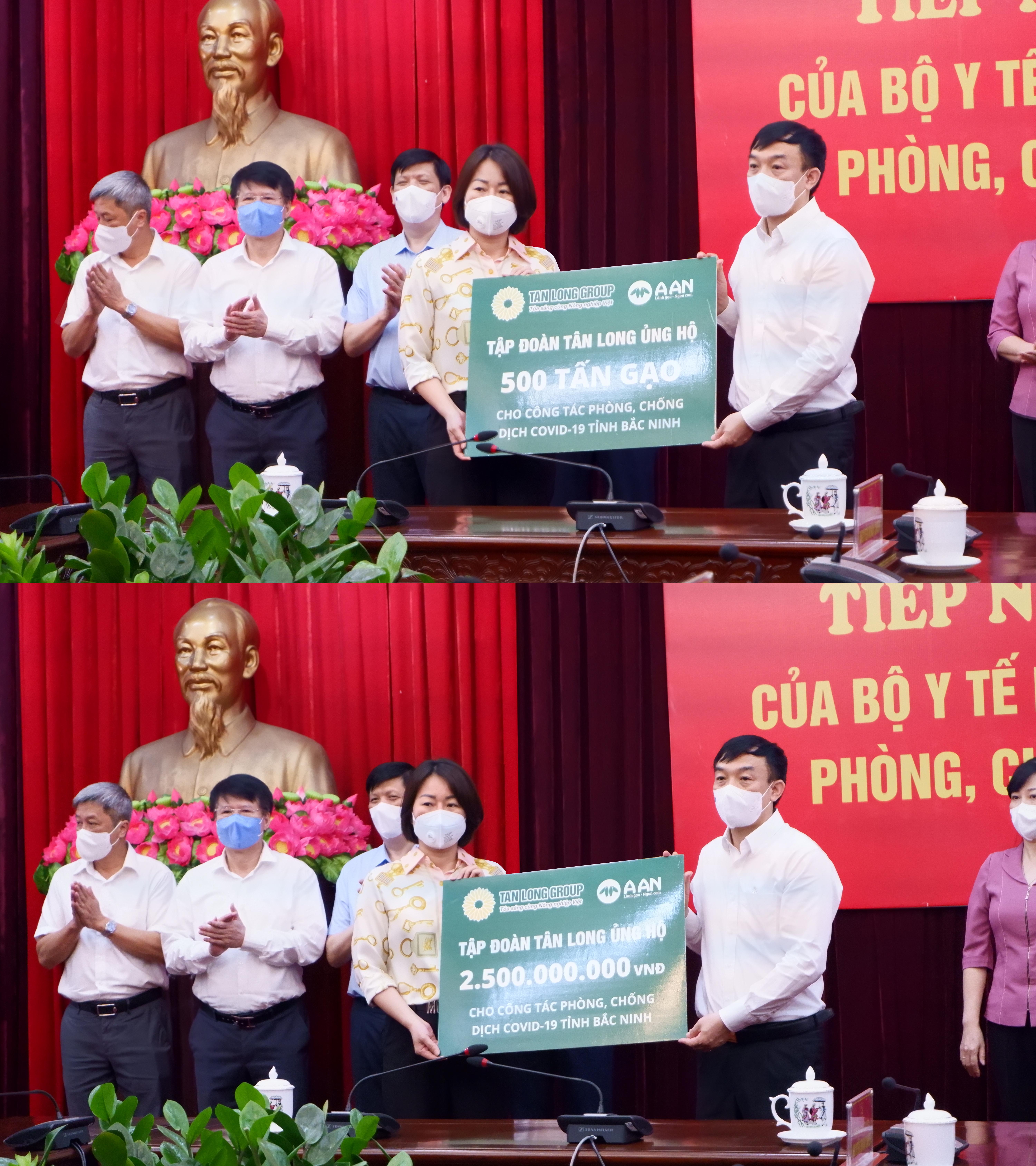 Đại diện Tập đoàn Tân Long vừa trao tặng 500 tấn gạo và 2,5 tỉ đồng cho tỉnh Bắc Giang.
