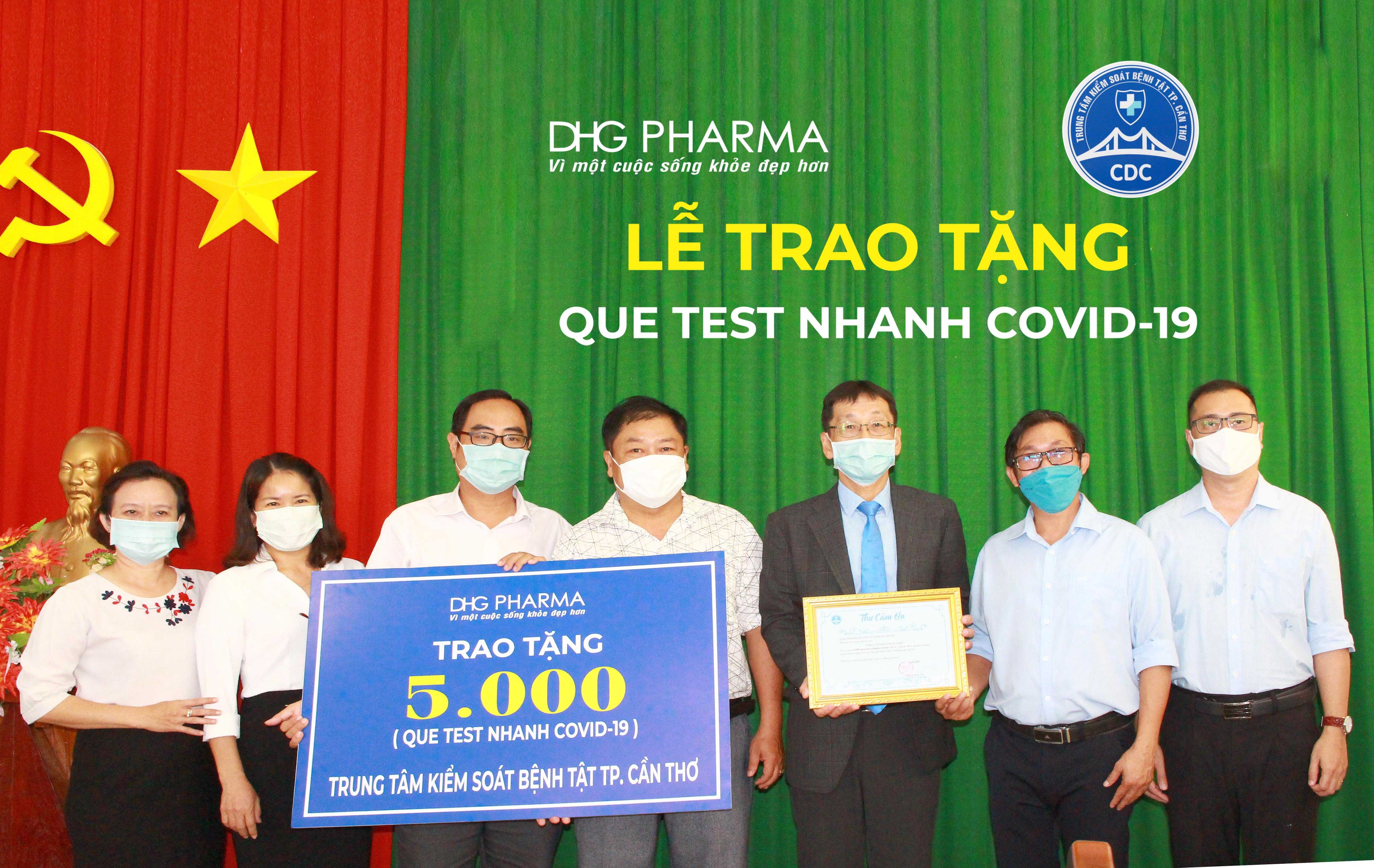 Ông Masashi Nakaura - Tổng giám đốc đại diện Dược Hậu Giang trao tặng 5.000 bộ que test nhanh Covid-19 cho Ông Trần Trường Chinh - Phó Giám đốc Trung tâm Kiểm soát bệnh tật thành phố Cần Thơ.