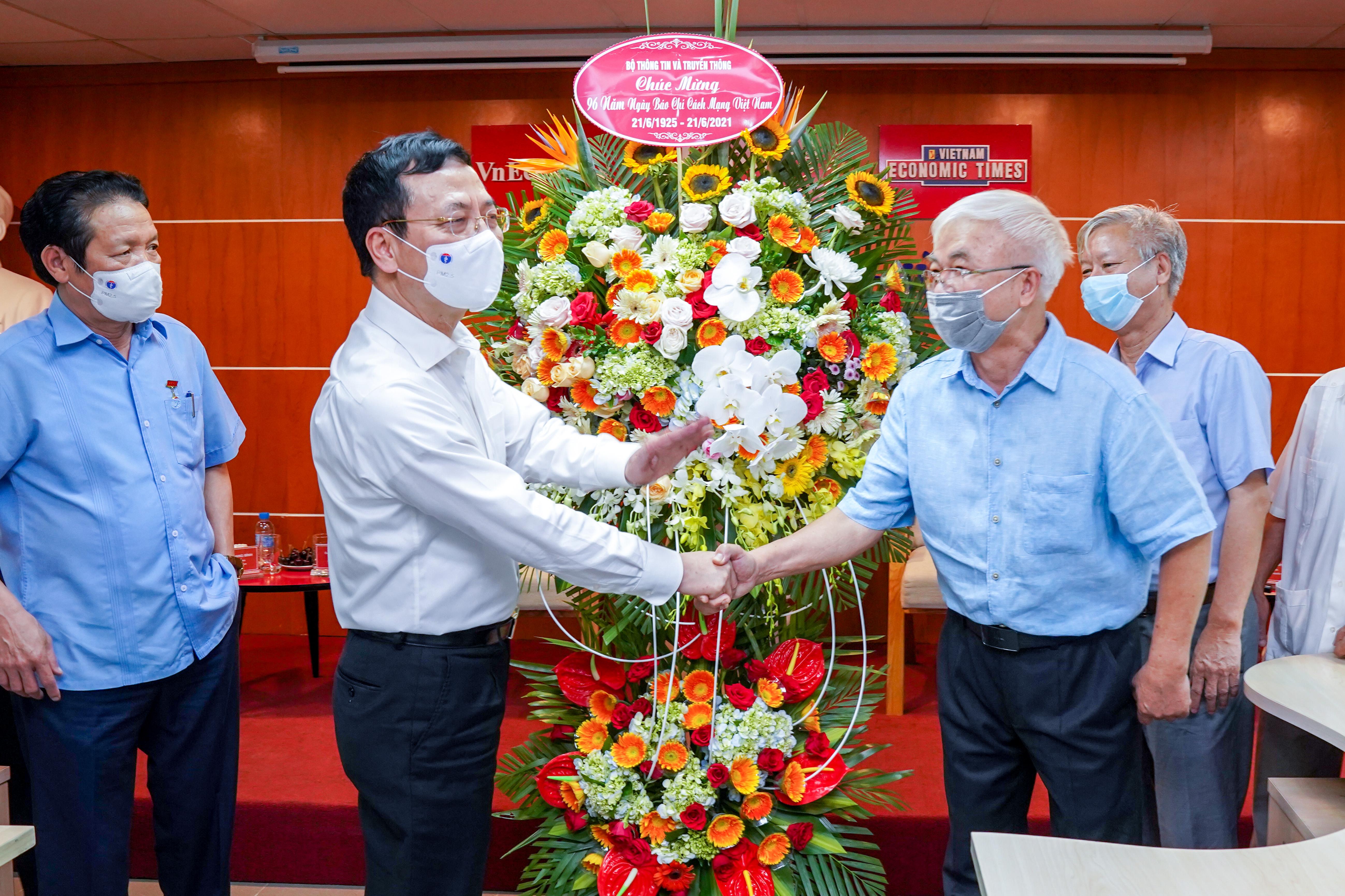 Bộ trưởng Nguyễn Mạnh Hùng tặng hoa chúc mừng Tạp chí Kinh tế Việt Nam nhân kỷ niệm 96 năm Ngày báo chí cách mạng Việt Nam.
