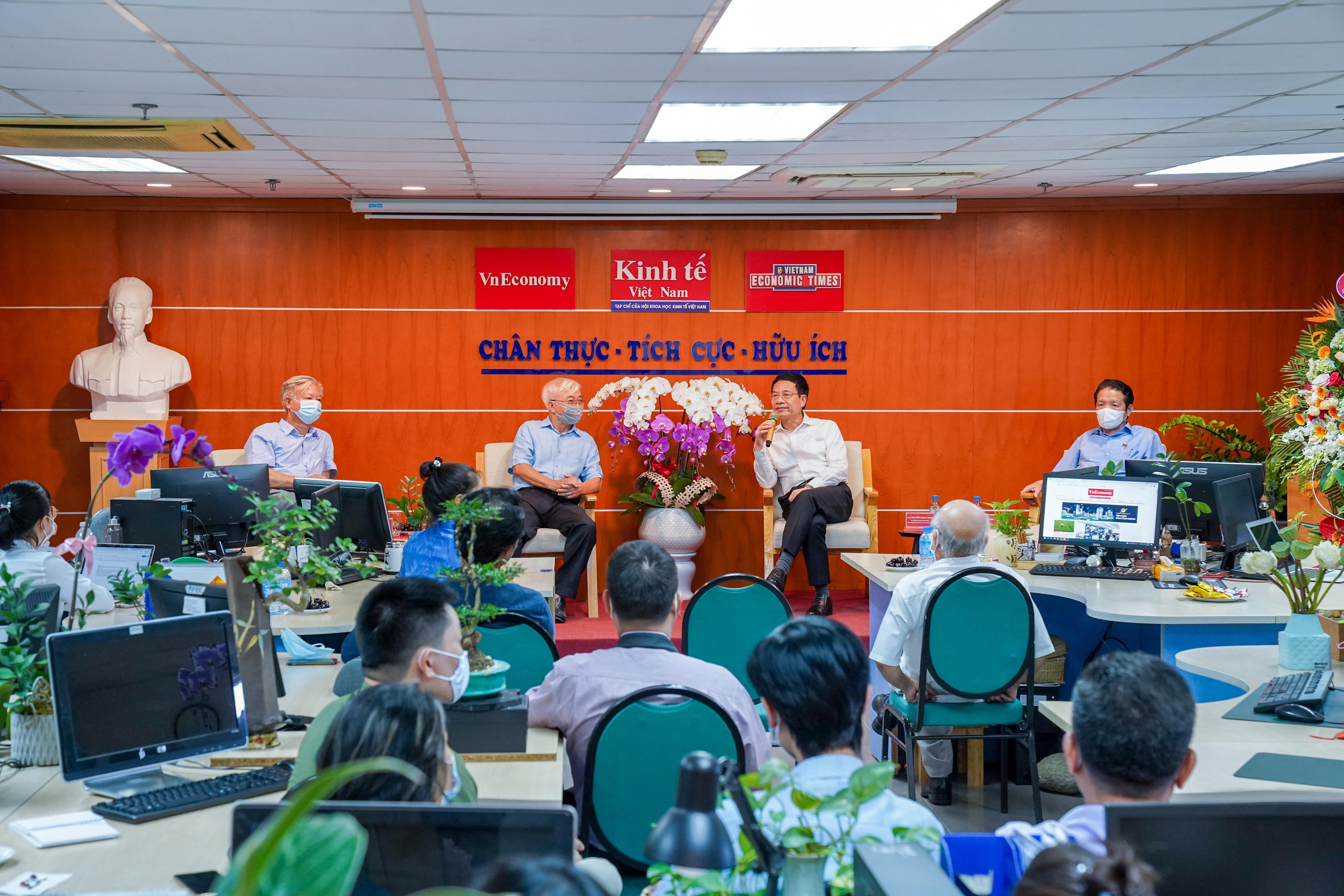 Với những mục tiêu và hướng phát triển của Tạp chí Kinh tế Việt Nam đặt ra trở thành một Trung tâm (hub) về kinh tế số Việt Nam, Bộ trưởng khẳng định đó là một sự nghiệp vĩ đại. Ảnhh: Việt Tuấn.
