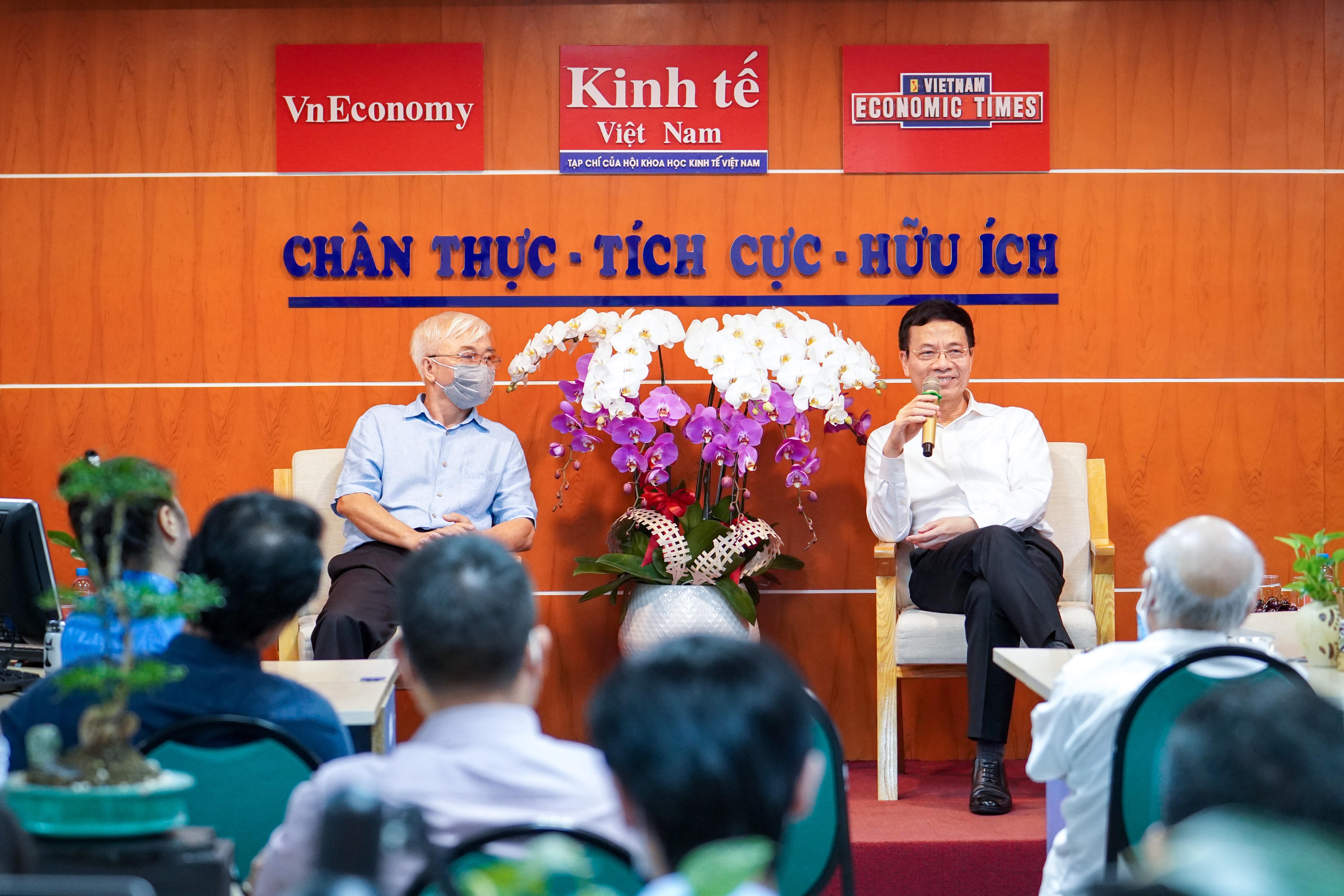 Bộ trưởng Nguyễn Mạnh Hùng trò chuyện thân mật cùngcán bộ phóng viên, biên tập viên, nhân viên Tạp chí Kinh tế Việt Nam.