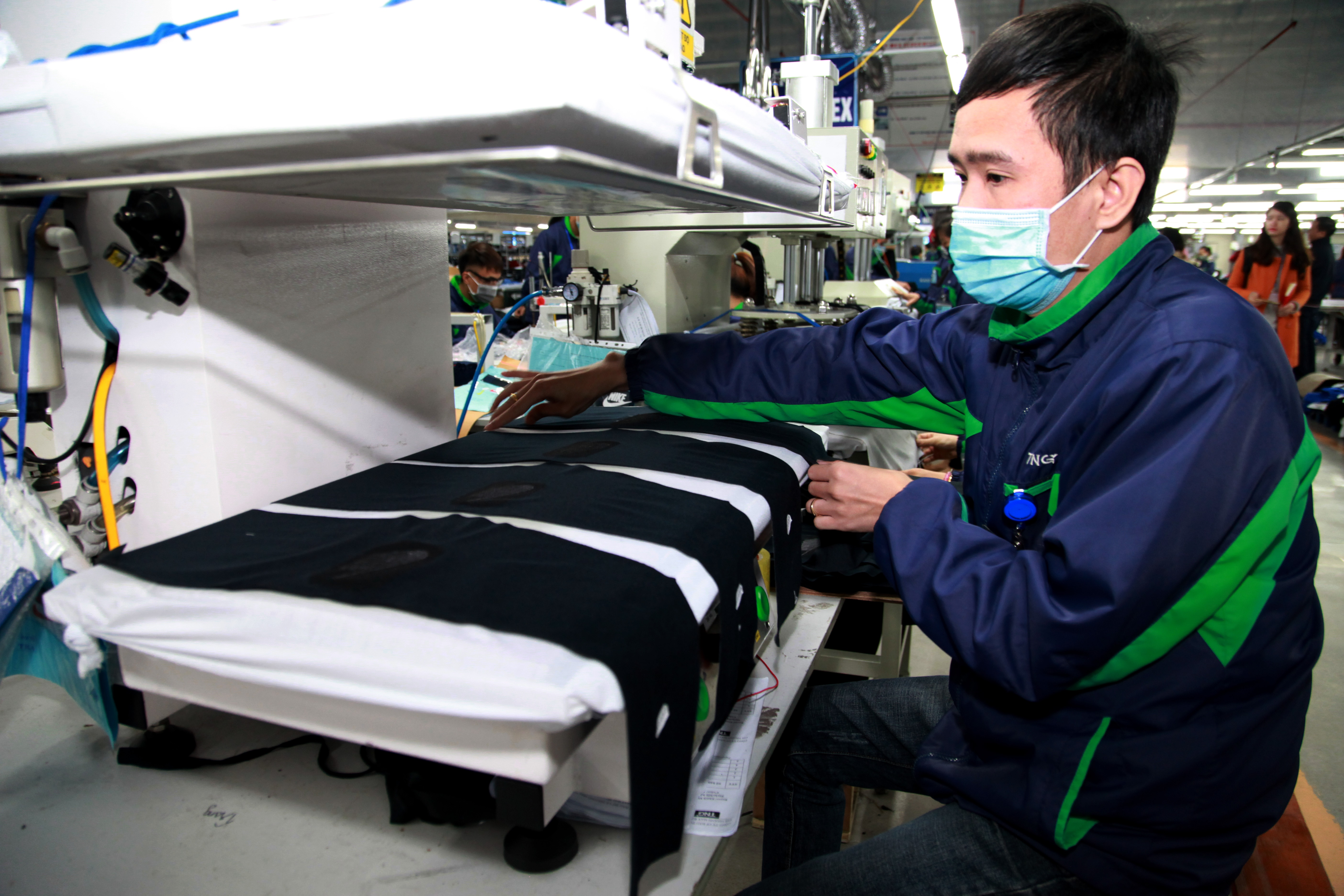 Công nhân một doanh nghiệp dệt may tại Thái Nguyên. Ảnh - Mạnh Dũng.