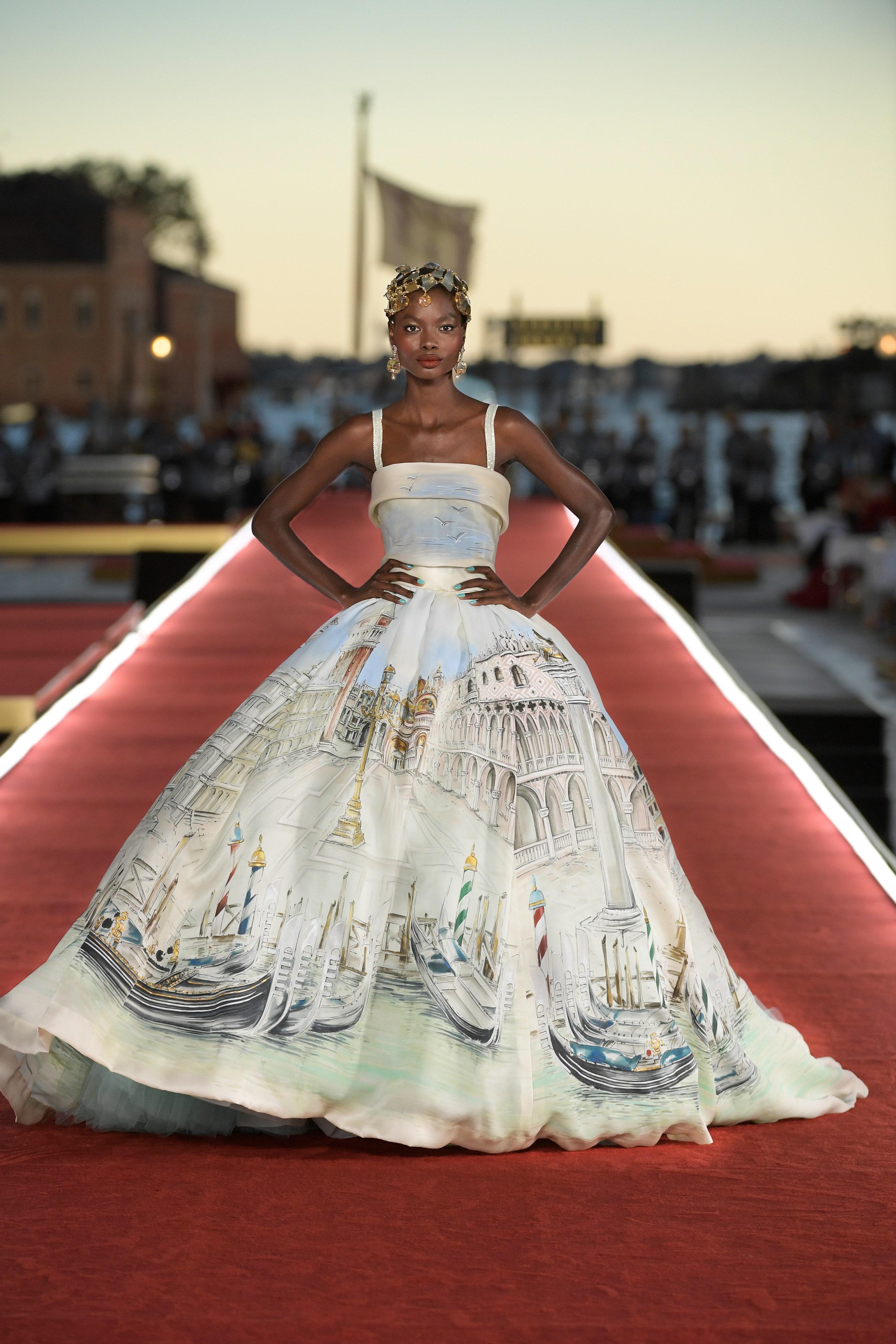Show diễn Alta Moda của Dolce & Gabbana: Mưa đá và cầu vồng - Ảnh 16