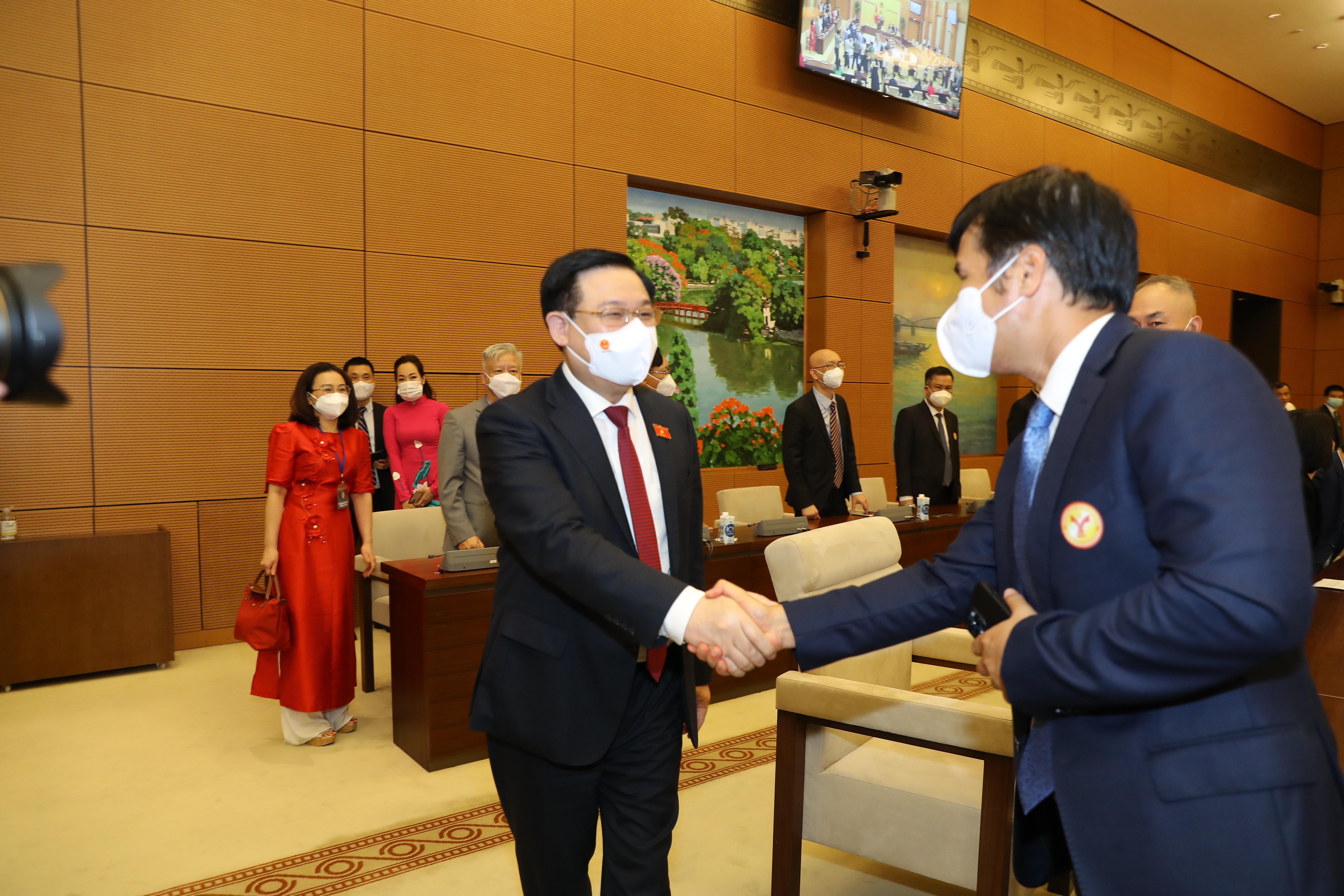 Chủ tịch Quốc hội bắt tay đại diện doanh nghiệp tham gia buổi họp mặt - Ảnh: Giang Nam.