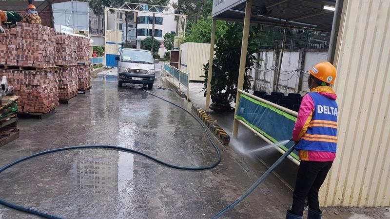 Phun rửa xe ra vào khu vực công trường.