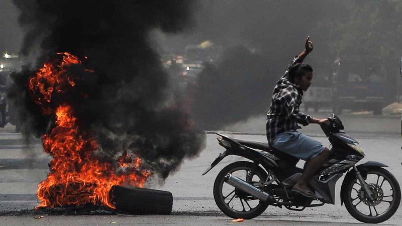 Myanmar rơi vào bất ổn chính trị và kinh tế sau đảo chính quân sự - Ảnh: Reuters.