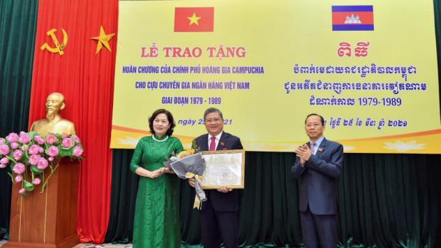 Ông Nguyễn Văn Giàu, Chủ nhiệm Ủy ban Đối ngoại của Quốc hội, nguyên Thống đốc Ngân hàng Nhà nước đón nhận Huân chương Hoàng gia Campuchia
