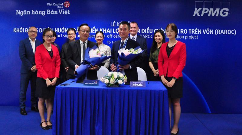 Ông Lý Công Nha (Giám đốc khối tài chính Ngân hàng Bản Việt) ký kết cùng Ông Phạm Đỗ Nhật Vinh - Giám Đốc tư vấn dịch vụ tài chính và ngân hàng KPMG.