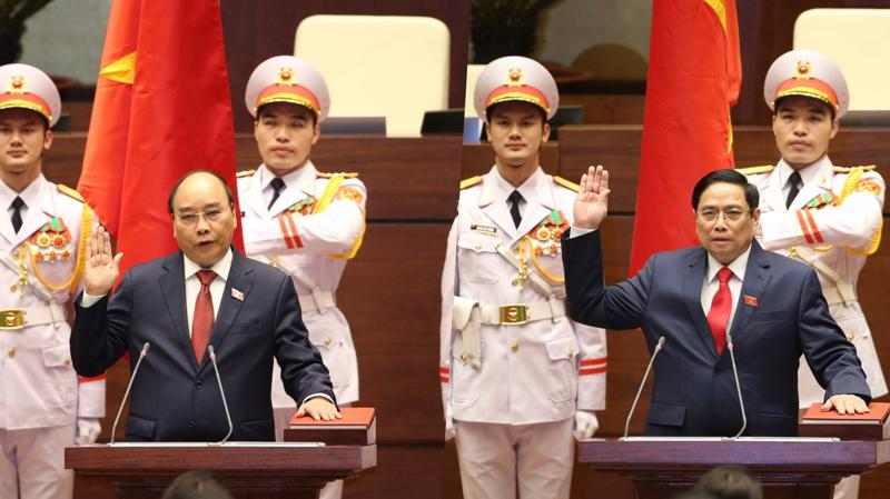 Tân Chủ tịch nước Nguyễn Xuân Phúc (ảnh trái) và Tân Thủ tướng Phạm Minh Chính tuyên thệ nhậm chức - Ảnh: VGP