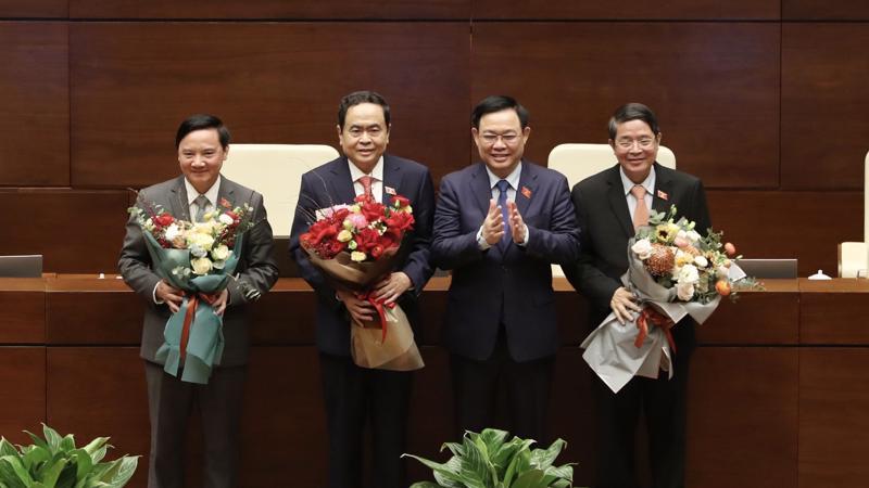Chủ tịch Quốc hội Vương Đình Huệ chúc mừng các Phó Chủ tịch Quốc hội Trần Thanh Mẫn, Nguyễn Khắc Định, Nguyễn Đức Hải - Ảnh: VGP