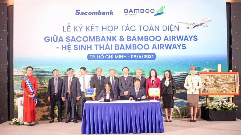Bà Nguyễn Đức Thạch Diễm - thành viên Hội đồng Quản trị kiêm Tổng giám đốc Sacombank cùng ông Đặng Tất Thắng - Tổng giám đốc Bamboo Airways ký kết thỏa thuận hợp tác dưới sự chứng kiến của lãnh đạo hai bên.