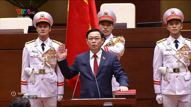 Ông Vương Đình Huệ tuyên thệ trung thành với Tổ quốc, Nhân dân và Hiến pháp.
