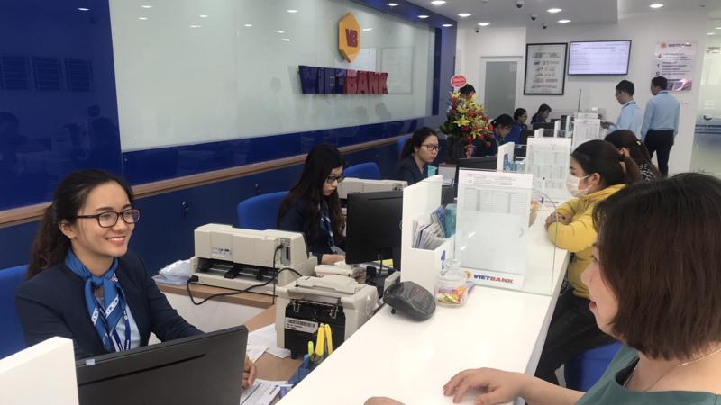 Khách hàng giao dịch tại Vietbank chi nhánh Bình Định.