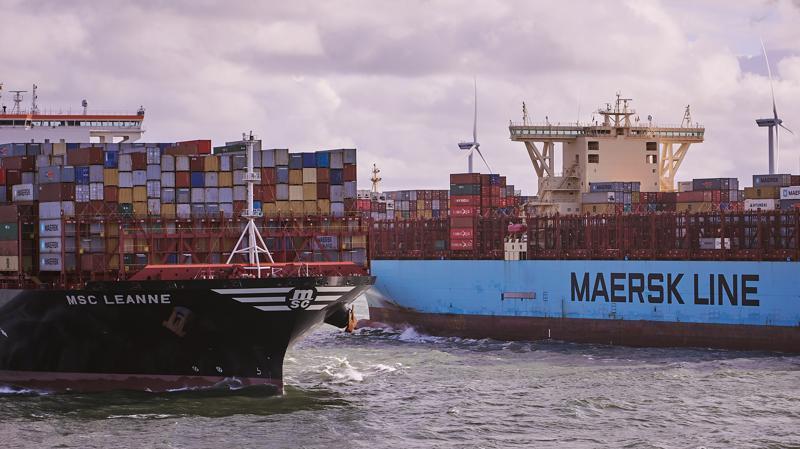 Đại dịch Covid-19 và sự cố tắc kênh đào Suez khiến ngành vận tải biển rơi vào cuộc khủng hoảng chưa từng thấy - Ảnh: AFP