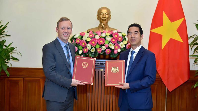 Thứ trưởng Ngoại giao Tô Anh Dũng và Đại sứ Anh tại Việt Nam Gareth Ward tại Lễ trao đổi Công hàm - Ảnh: Bộ Ngoại giao
