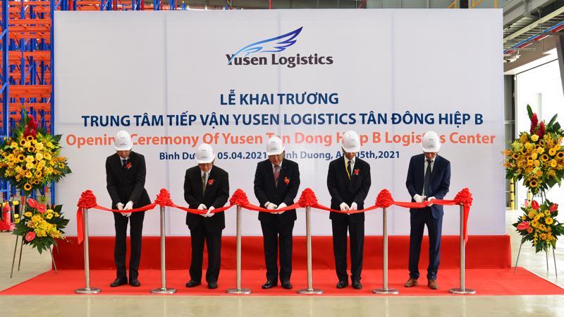 Lãnh đạo Yusen cắt băng khai trương Trung tâm Tiếp vận mới tại Bình Dương.