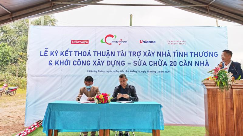Đại diện ký kết thỏa thuận xây dựng và sửa chữa 20 căn nhà giữa ông Phan Ngọc Long - Phó bí thư Đảng Ủy, Chủ tịch Ủy Ban Nhân Dân Xã Hướng Phùng (bên trái) và ông Bolat Duisenov - Chủ tịch Hội đồng Quản trị công ty xây dựng Coteccons (bên phải).