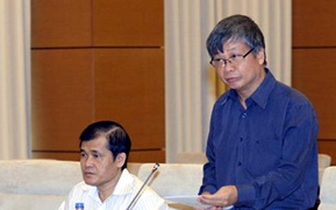 Thứ trưởng Nguyễn Thế Phương (người đứng) ấp úng trả lời nhiều câu hỏi của Uỷ ban Thường vụ Quốc hội.