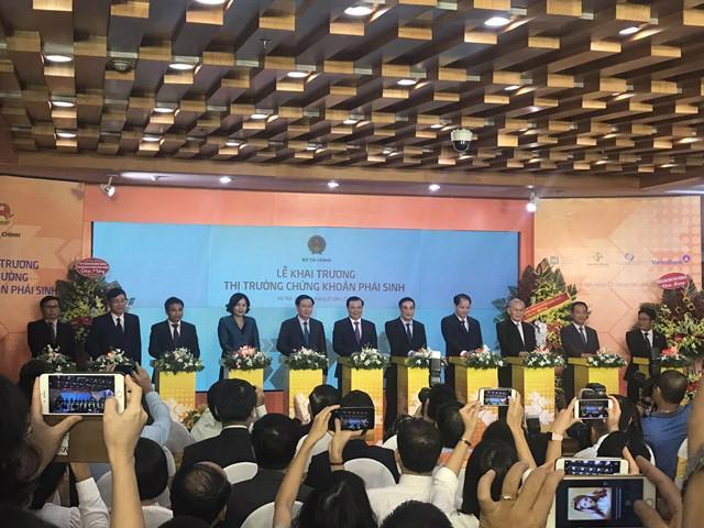 Phó thủ tướng Vương Đình Huệ và các quan chức cùng bấm nút khai trương thị trường chứng khoán phái sinh Việt Nam - Ảnh: Quang Phúc.