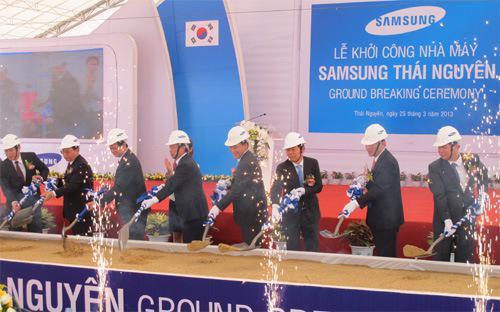 Lễ khởi công xây dựng tổ hợp công nghệ cao Samsung tại khu công nghiệp Yên Bình, tỉnh Thái Nguyên, sáng 25/3. Hiện tại, UBND các tỉnh thành được quyền cấp phép khá rộng rãi, thậm chí  cho các dự án hàng tỷ USD mà không cần thông qua Bộ Kế hoạch và Đầu tư - Ảnh: Anh Minh.