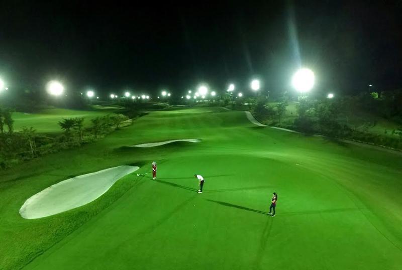 Golf thủ tại Bà Nà Hills Golf Club có thể mở màn hay kết thúc trận đấu bất kỳ lúc nào tùy thích, dù là ban ngày hay ban đêm, nhờ hệ thống đèn chiếu sáng toàn diện theo chuẩn quốc tế.