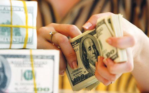 Đối với khách hàng có nhu cầu thanh toán bằng ngoại tệ trong tương lai,  thay vì găm giữ ngoại tệ và mất chi phí cơ hội lớn, họ có thể bảo hiểm  rủi ro tỷ giá thông qua bán ngoại tệ lấy VND để gửi lấy lãi, rồi mua  ngoại tệ kỳ hạn vẫn có lợi hơn.<br>