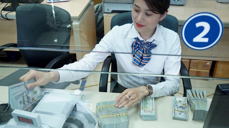 Lợi nhuận các ngân hàng đang có đóng góp lớn hơn từ mảng bán lẻ - xu hướng thể hiện rõ trong 2017 và tiếp tục nổi bật năm 2018 - Ảnh: Quang Phúc.