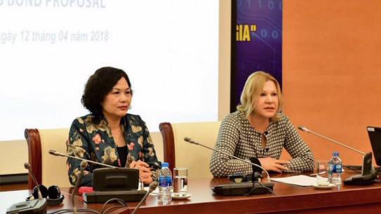 Đại diện Ngân hàng Nhà nước Việt Nam và Tổ chức Tài chính Quốc tế (IFC) tại buổi tọa đàm lấy ý kiến về đề xuất phát hành trái phiếu quốc tế gắn với tiền đồng.