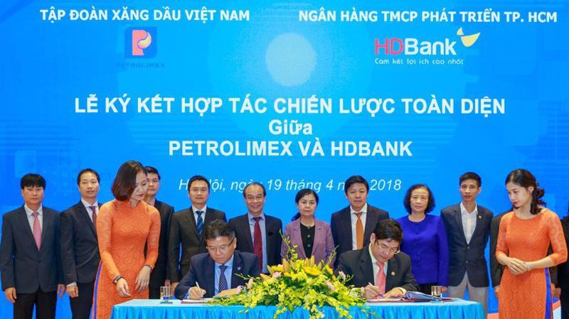 Trước đó, ngày 19/4/2018, HDBank đã ký hợp tác chiến lược với Petrolimex (cổ đông lớn của PG Bank).